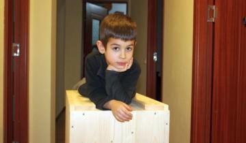 Ce face un copil când se întâlnește cu o cutie de lemn