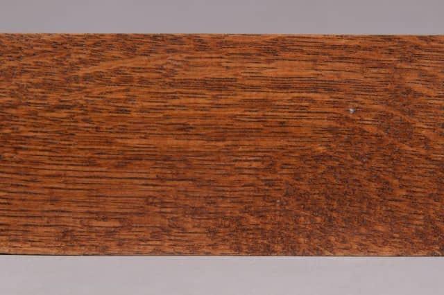 culoare nuc pe suport de stejar detaliu