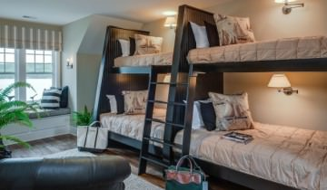 Camere amenajate cu paturi suprapuse de copii