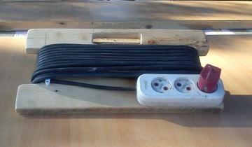 De la cititori – Costin Tabra – Suport din lemn pentru prelungitor electric