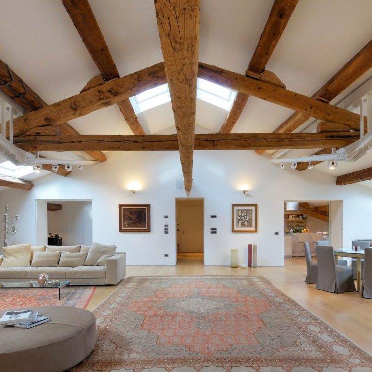grinzi de lemn de brad - apartament la mansarda