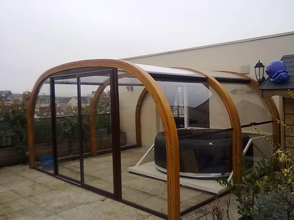 piscina protejata cu panouri de sticla