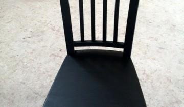 Scaunul negru din lemn masiv de fag