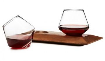 Doar lemn … și eleganță … și timp … și o sticlă de vin cu două pahare