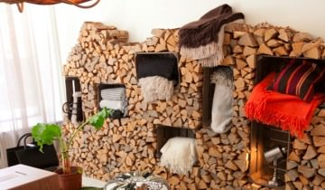 Decor interior cu stive de lemne pentru foc