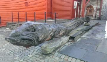 Creatura marină sculptată cu drujba în Bergen, Norvegia