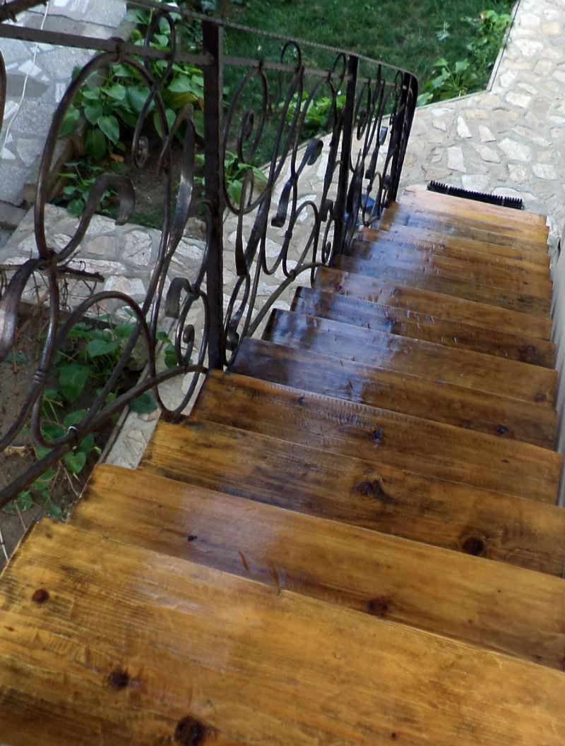scara din fier forjat si trepte de lemn