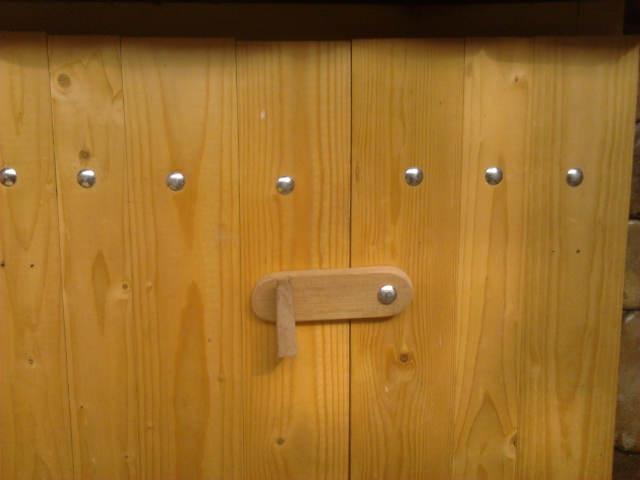 incuietoare din lemn și balamale rustice
