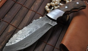 Cuțite cu manere din lemn și lama din otel de Damasc