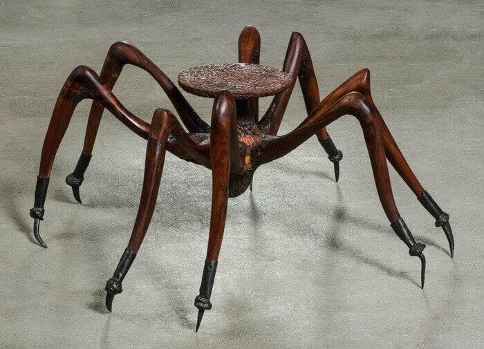 masa cu exoscheletul unui paianjen