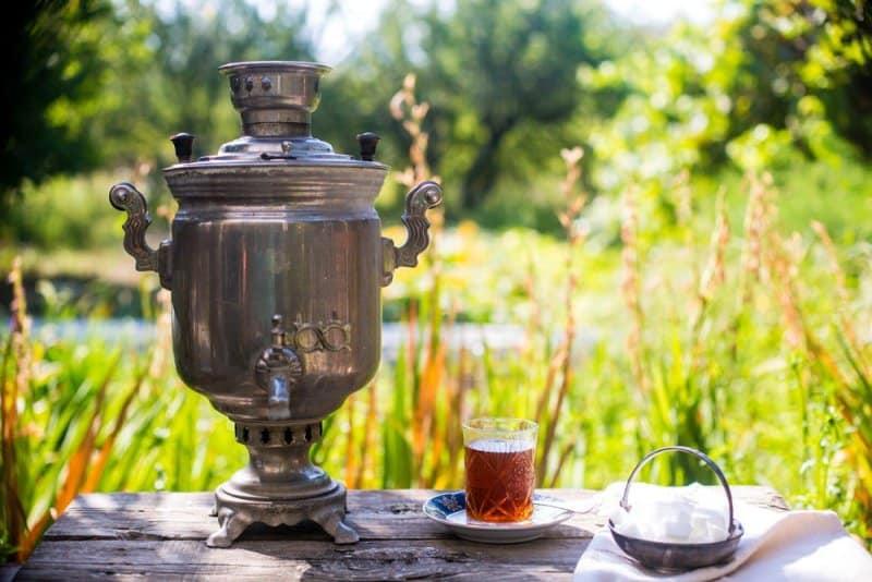 samovar si pahar cu ceai