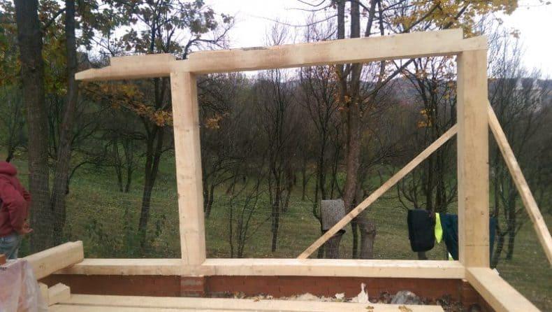 structura de stâlpi și grinzi este ridicată