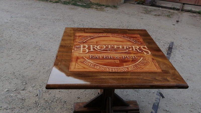 Masa cu gravură în lemn 3D cu rășină