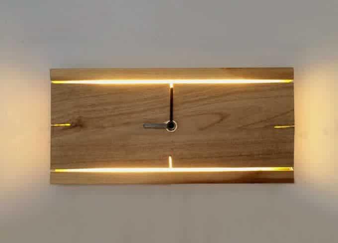ceas din lemn iluminat