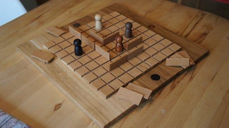 tablă cu joc din lemn construit de Radu Vădan