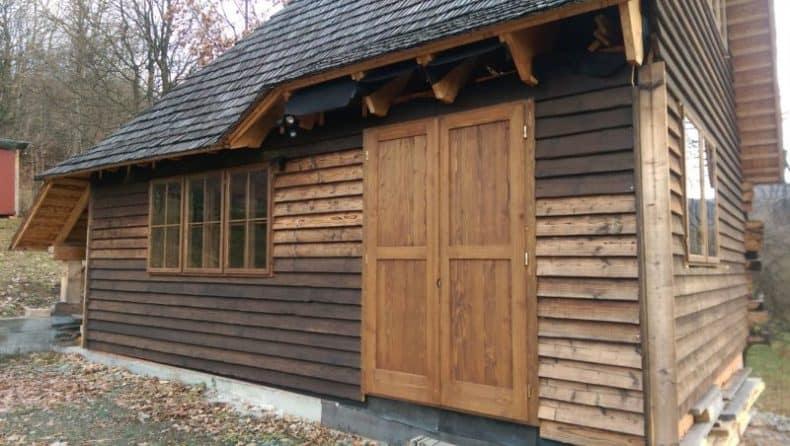 cabana de la Baia Sprie cu ferestrele montate