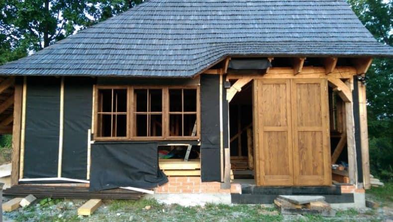 montajul la ferestrele cabanei din lemn