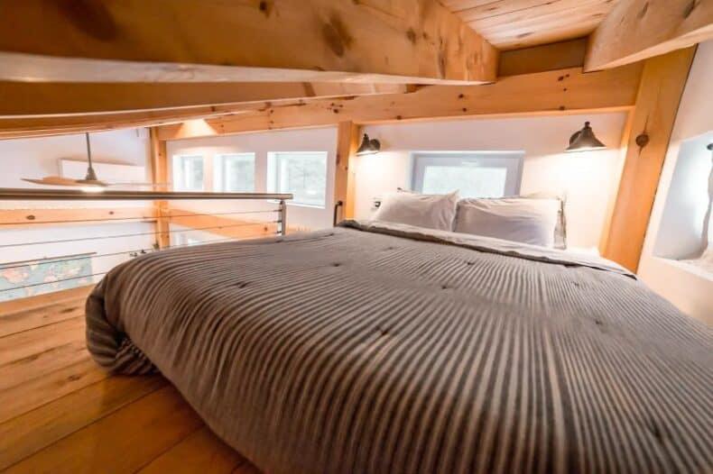 queen size bed la mansardă